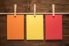 Papel de notas y clavijas de ropa coloridos Foto de archivo libre de regalías