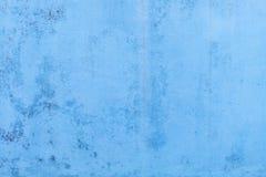 Papel de parede concreto azul com as marcas de água que correm para baixo foto de stock