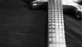 papel de parede da guitarra-baixo de 5 cordas preto e branco Fotografia de Stock Royalty Free