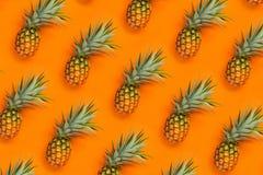 Papel de parede fresco do fundo alaranjado do teste padrão do abacaxi Imagens de Stock Royalty Free
