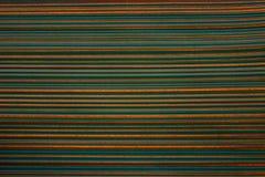 Papel de parede listrado Fundo verde-claro em uma listra horizontal da cor do ouro, escurecida, vinheta Imagem de Stock