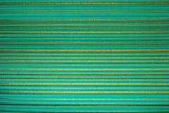 Papel de parede listrado Fundo verde-claro em uma tira horizontal da cor do ouro Fotografia de Stock