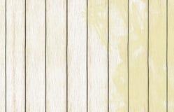 Papel de parede de madeira pintado do fundo com claro - pintura amarela da cor fotografia de stock royalty free
