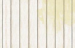 Papel de parede de madeira pintado do fundo com claro - pintura amarela da cor imagens de stock royalty free