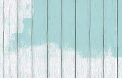 Papel de parede de madeira pintado do fundo com claro - pintura azul da cor foto de stock royalty free