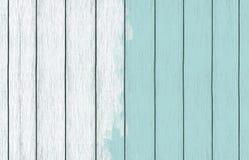 Papel de parede de madeira pintado do fundo com claro - pintura azul da cor fotos de stock