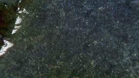 Papel de queimadura através do centro em um fundo preto video estoque