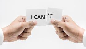 Papel de rasgado de la mano con palabra del can't de I Conceptos del éxito empresarial imagenes de archivo