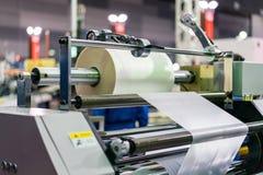 Papel de rolo em moderno e no de alta tecnologia da publicação ou da máquina de impressão automática fotos de stock