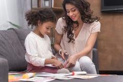 Papel del corte de la madre y de la hija para la tarjeta de felicitación el día de madres fotografía de archivo