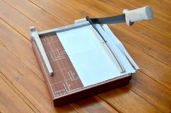 Papel del corte del cortador de papel Fotos de archivo