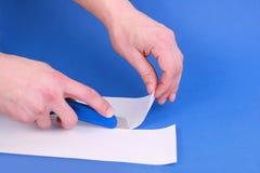 Papel del corte del cuchillo de la manía Imágenes de archivo libres de regalías