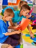 Papel del corte del niño en clase El lerning social del desarrollo en escuela fotografía de archivo