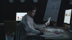 Papel del documento del hombre de negocios que lanza con exceso de trabajo con datos económicos en oficina almacen de video