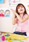 Papel del pegamento del niño en pre-entrenamiento. Cuidado de niños. foto de archivo libre de regalías