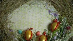Papel del regalo, huevos pintados y snowdrops