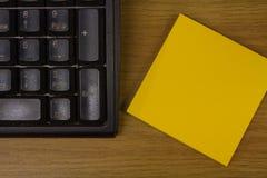 Papel del teclado y del post-it Foto de archivo libre de regalías