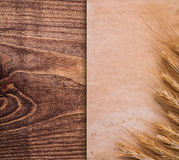 Papel del vintage con los oídos del trigo en el viejo tablero de madera Fotos de archivo libres de regalías
