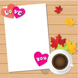 Papel do amor do dia de Valentim com fundo do copo e do bordo de café Foto de Stock Royalty Free