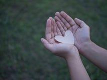 papel do coração nas mãos Imagem de Stock Royalty Free