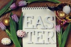 Papel do ovo da flor do fundo da Páscoa de madeira Fotos de Stock Royalty Free