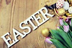 Papel do ovo da flor do fundo da Páscoa de madeira Fotos de Stock
