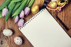 Papel do ovo da flor do fundo da Páscoa de madeira Fotografia de Stock