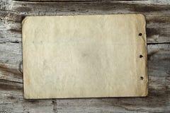 Papel do vintage na textura de madeira Fotografia de Stock Royalty Free