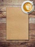 Papel e café de Brown no fundo de madeira Imagens de Stock