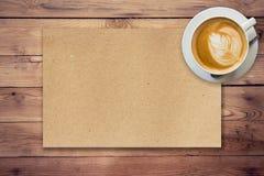 Papel e café de Brown no fundo de madeira Imagem de Stock