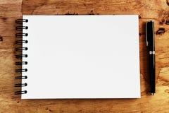 Papel e pena de nota na madeira Imagens de Stock Royalty Free