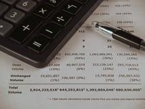 Papel e pena financeiros da calculadora Imagem de Stock