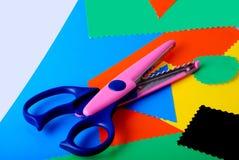 Papel e tesouras coloridos Foto de Stock