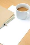 Papel em branco, copo de café, lápis e livro Fotografia de Stock