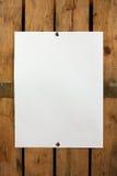 Papel em branco na parede de madeira Foto de Stock Royalty Free