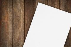 Papel em branco na tabela de madeira Foto de Stock