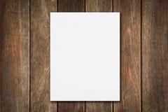 Papel em branco na tabela de madeira Fotografia de Stock