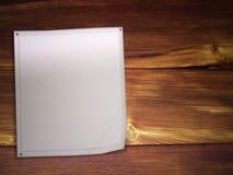 Papel em branco no fundo de madeira ilustração royalty free