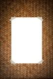 Papel em um teste padrão da madeira do weave Foto de Stock