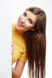 Papel en blanco blanco del asimiento de la muchacha del adolescente. Demostración sonriente joven b de la mujer Imagen de archivo