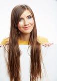 Papel en blanco blanco del asimiento de la muchacha del adolescente. Demostración sonriente joven b de la mujer Foto de archivo libre de regalías