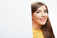Papel en blanco blanco del asimiento de la muchacha del adolescente. Demostración sonriente joven b de la mujer Imagen de archivo libre de regalías