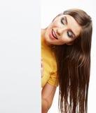 Papel en blanco blanco del asimiento de la muchacha del adolescente Demostración sonriente joven b de la mujer Fotos de archivo
