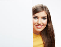 Papel en blanco blanco del asimiento de la muchacha del adolescente Demostración sonriente joven b de la mujer Imagen de archivo