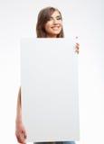 Papel en blanco blanco del asimiento de la muchacha del adolescente Demostración sonriente joven b de la mujer Imagen de archivo libre de regalías