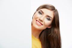 Papel en blanco blanco del asimiento de la muchacha del adolescente Demostración sonriente joven b de la mujer Imágenes de archivo libres de regalías