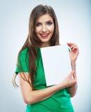 Papel en blanco blanco del asimiento de la muchacha del adolescente Demostración sonriente joven de la mujer Fotos de archivo