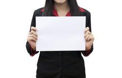 Papel en blanco blanco del asimiento de la mujer de negocios Fotos de archivo libres de regalías