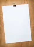 Papel en blanco con el clip Imágenes de archivo libres de regalías