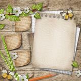 Papel en blanco con el fondo de madera floreciente de la rama de la cereza Imagenes de archivo